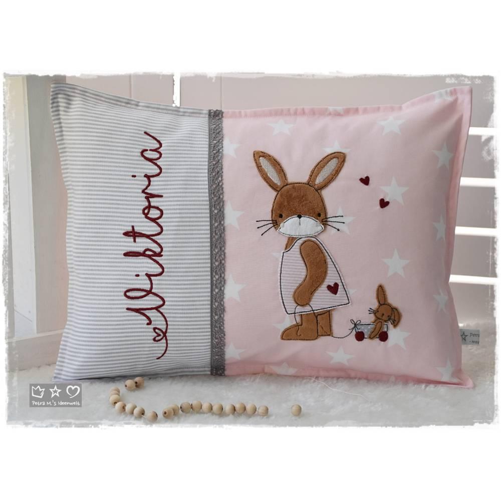 Kissen 30cmx40cm rosa/grau gemustert mit Doodlestickerei Hasenmädchen mit Nachziehwagen Bild 1