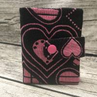 Gelbeutel Heimdal aus Tragetuchstoff Herzen in Schwarz und Pink / Geldbörse