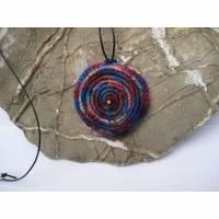 Bunte Spiralen ein Häkelanhänger mit Lederband Bild 1
