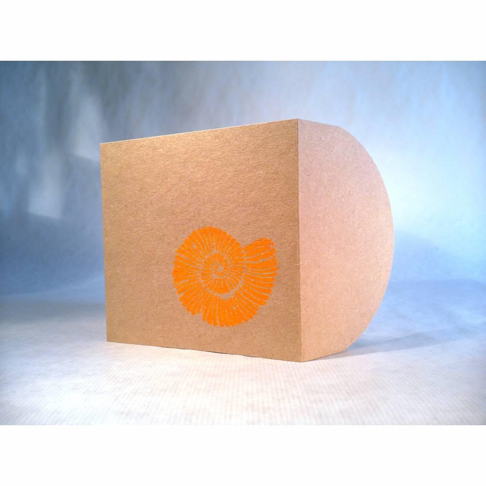Taschenkarte / Gutscheinkarte Ammonit neon orange, Linolstempel Bild 1