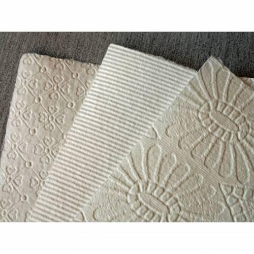 3 Blatt handgeschöpftes Prägepapier, cremeweiß, ca. 21 cm x 29 cm, ca. 170 g/qm, Büttenpapier mit Prägestruktur