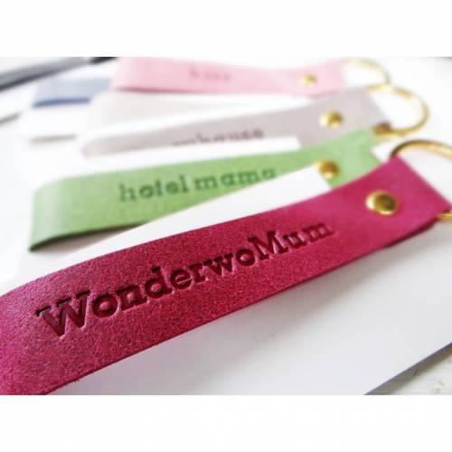 Schlüsselanhänger aus Leder mit Wunschprägung - die schöne kleine Aufmerksamkeit zum Muttertag oder einfach nur so