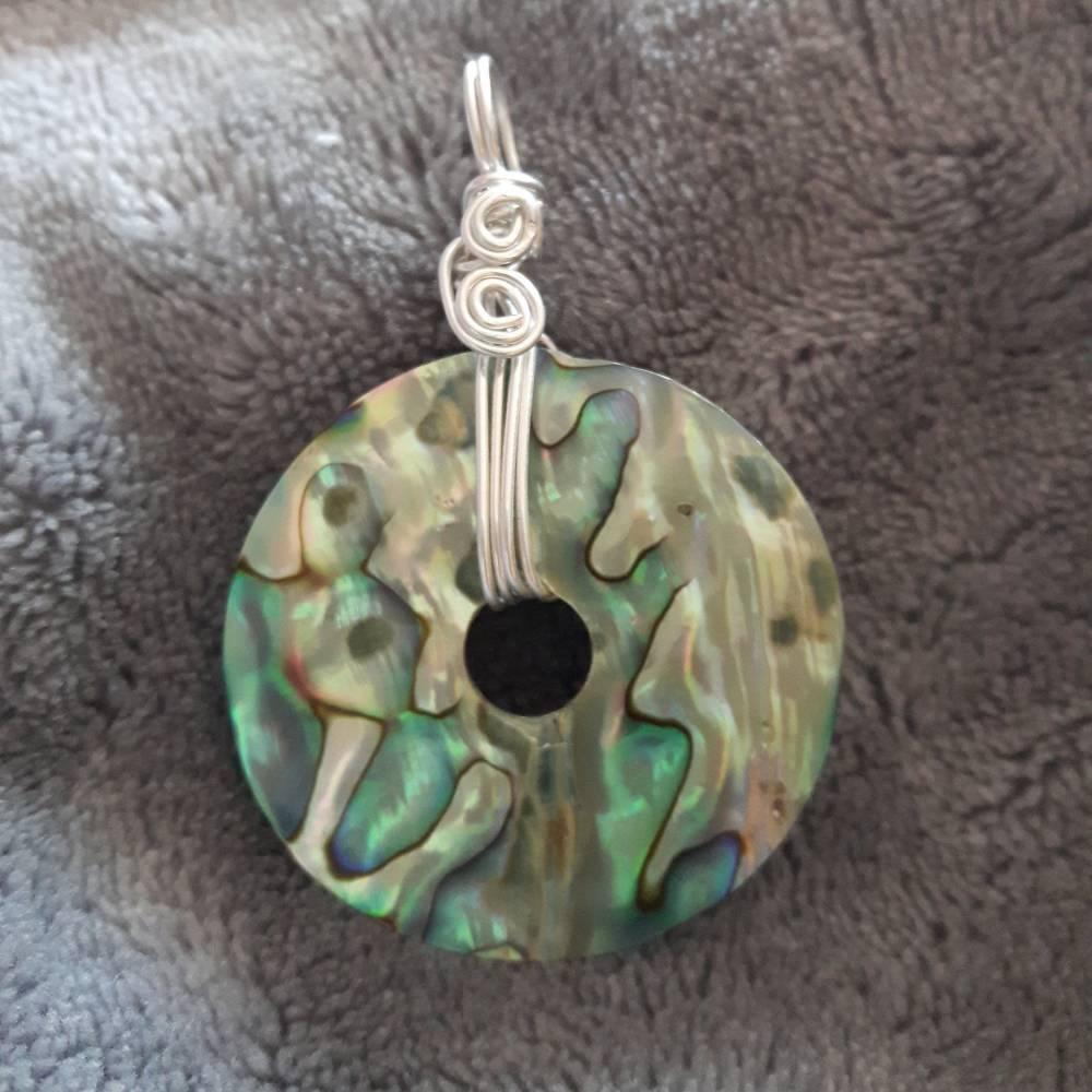 Anhänger Donut aus Abalone Muschel mit silver-filled Draht umwickelt Bild 1