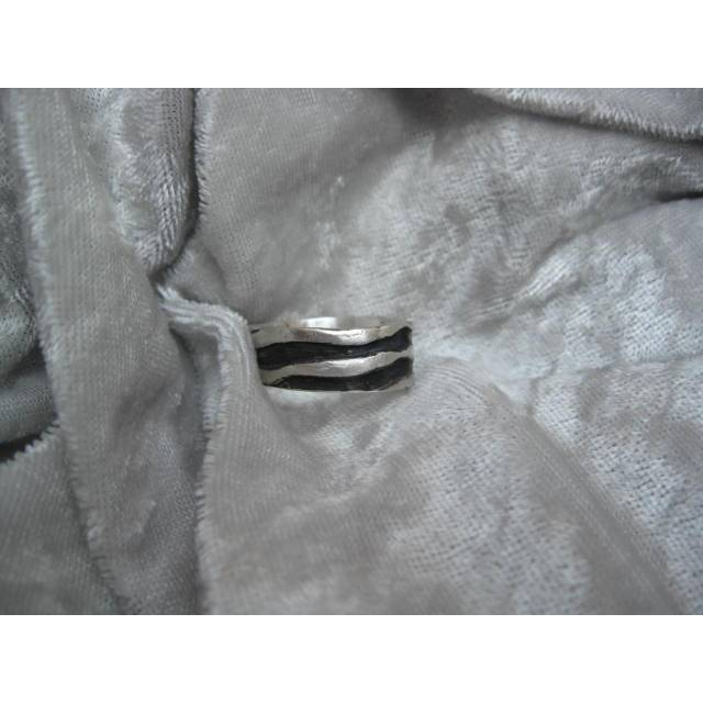 massiver Bandring mit Wellenmuster aus 999 Silber, teils geschwärzt Bild 1