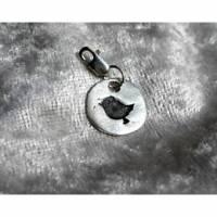 Charm Anhänger mit eingestempeltem Vögelchen aus 999 Silber patiniert Bild 1