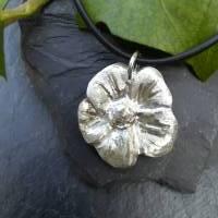 Edler Anhänger Blüte aus 999 Silber mit Kautschukkette, matt gebürstet Bild 2