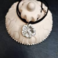 Edler Anhänger Blüte aus 999 Silber mit Kautschukkette, matt gebürstet Bild 3