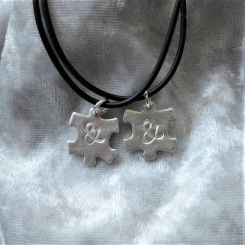 2 Partner-Anhänger Puzzleteile aus 999 Silber an einer Kautschukkette, personalisierbar