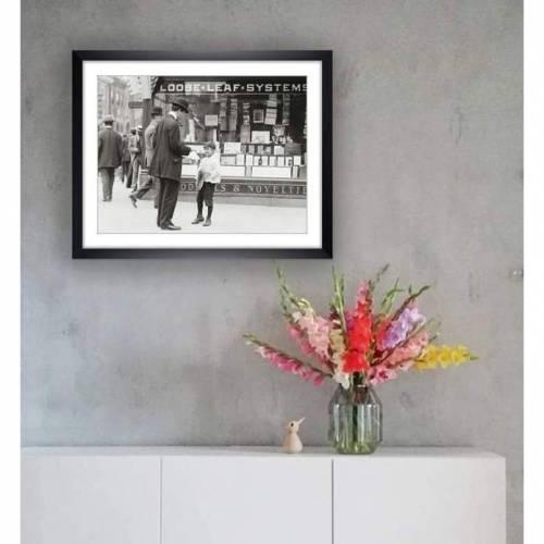 Zeitungsjunge 1910 schwarz weiß Fotografie gerahmt 49 x 39 cm  Wandbild - Kunst Druck- Fotokunst Vintage Art -  Wanddeko - gerahmte Bilder