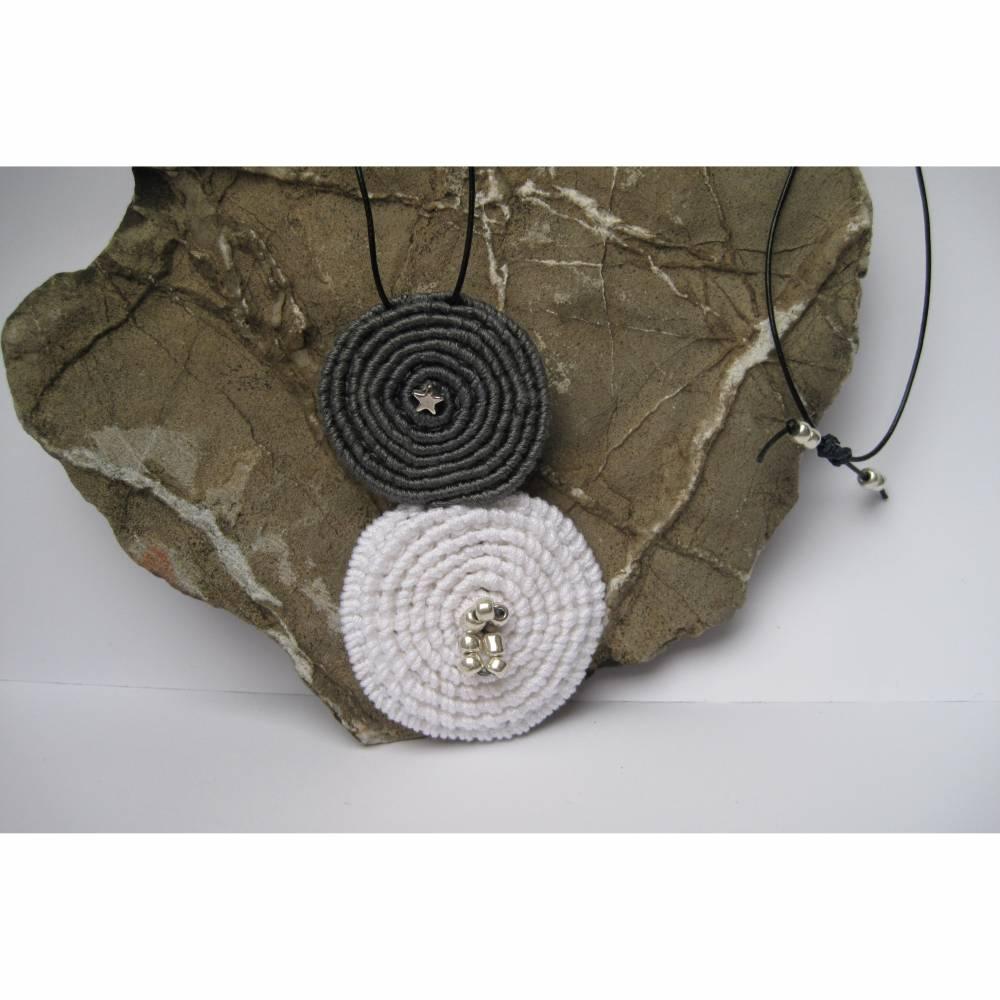 außergewöhnlicher Textilschmuck, Spiralen am Lederband Bild 1