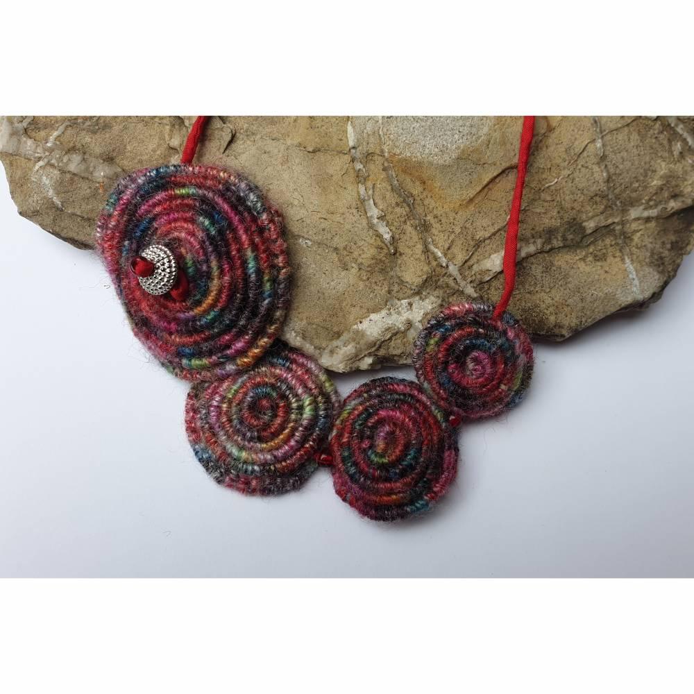 einzigartige Häkelkette aus runden Woll-Spiralen Bild 1