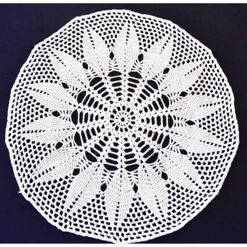 Vintage, weißes rund gehäkeltes Deckchen, handmade, 42 cm Durchmesser,