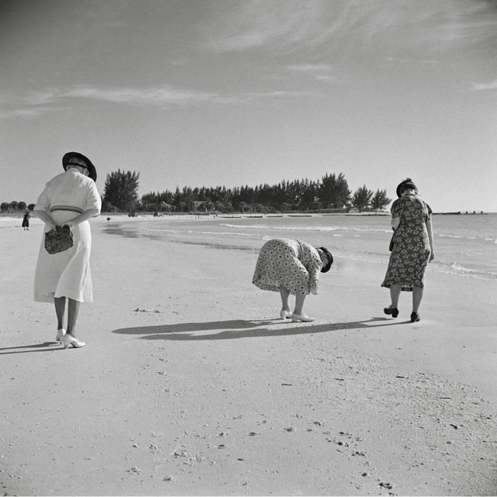 Frauen spazieren am Meer Strand 1941 -  KUNSTDRUCK, Poster, schwarz Weiß  Fotografie, Vintage Art,  Fineart Print, Kunstfotografie, Kunst, Druck Bild 1