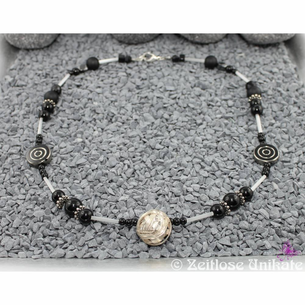 Kugelkette in schwarz, weiß und silber, allround Kette - einmalige Halskette aus einmaligen Perlen Bild 1