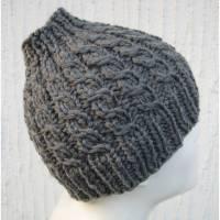 Pferdeschwanzmütze Mütze mit Öffnung für Pferdeschwanz gestrickt mit Zopfmuster in Grau kleine Größe ➜ Bild 1