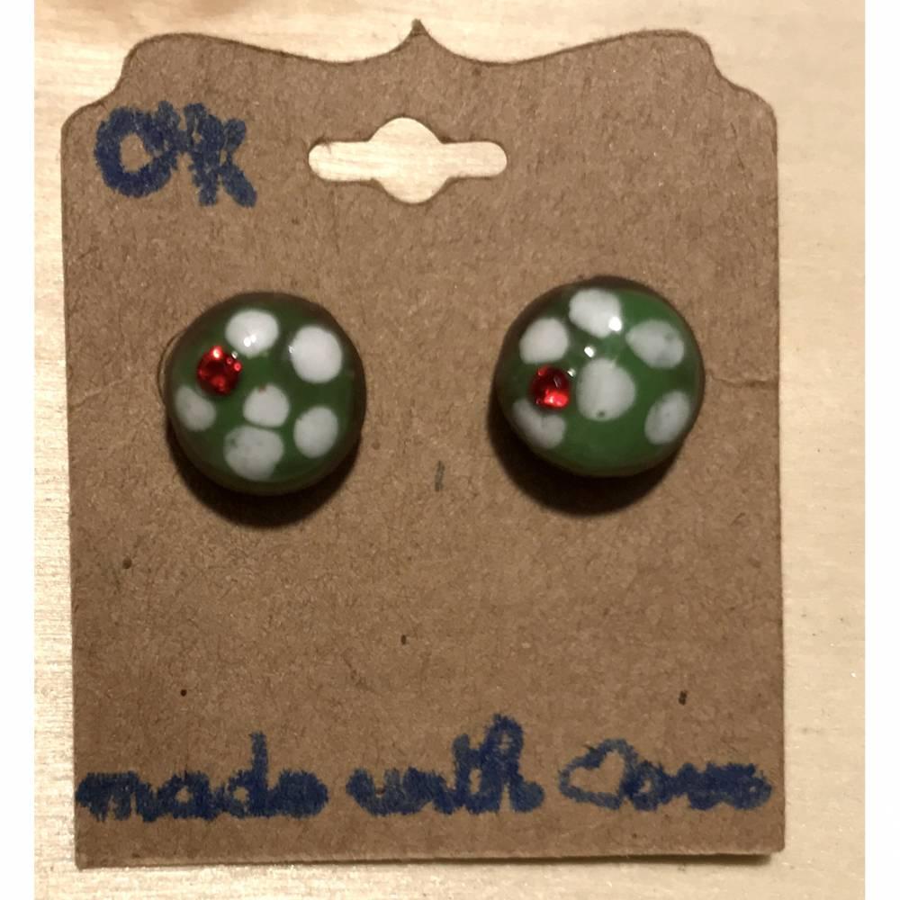Runde Keramik-Ohrstecker, in grün mit weißen Tupfen glasiert + Swarovski-Steinchen Rot Bild 1