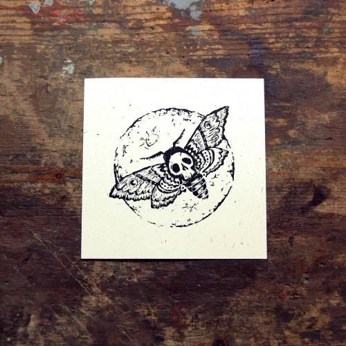 Kunstdruck - Linolschnitt - handgedruckte Karte - Totenkopfschwärmer und Mond - Druckgrafik - Wanddekoration - Insekt Motte