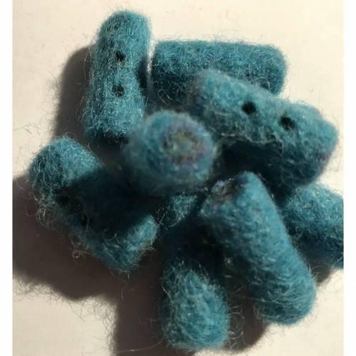 Handgefilzte Zierknöpfe in Türkisblau, zylindrisch
