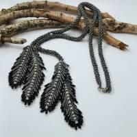 Halskette grau-braun, handgefertigte Langkette mit gefädelten Federn Bild 1