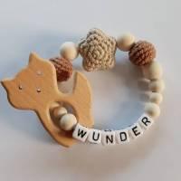 Greifling / Beißring- mit gehäkelten Perlen und Anhänger aus Naturholz - in Wunschfarben, Wunschanhänger und Name Bild 1