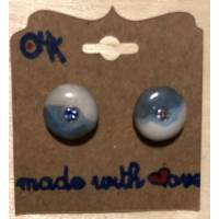 Minimalistische runde Keramik-Ohrstecker Unikate - in Hellblau-Weiß glasiert + Swarovski-Steinchen Hellblau Bild 1