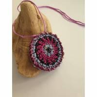 Häkelmedaillon mit Perlen bestückt, Häkelkette,  Bild 1