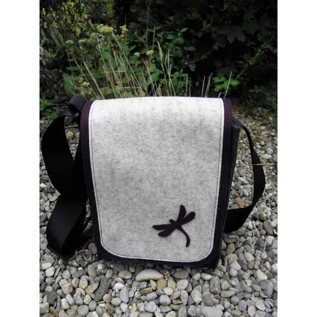 Die Tasche mit der Wechselklappe, anthrazit, bordeaux und hell meliert, Libelle, aus Wollfilz, Umhängetasche, wandelbar, hochformat, handgemacht von Dieda! kaufen Bild 1