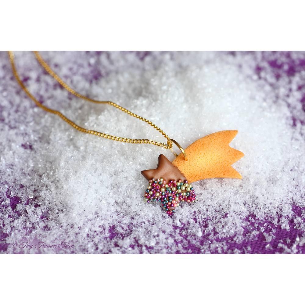 Handgemachte Keks Halskette aus Polymer Clay - Sternschnuppe mit Vollmilch-Schokolade und bunten Streuseln an goldfarbener Gliederkette - ein süßes Geschenk zum Wichteln, zur Adventszeit oder zu Weihnachten Bild 1