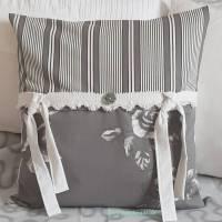 Kissen grau weiß mit Schleifen und Innenkissen, Landhauskissen als Dekokissen, 40x40 cm, Unikat, Geschenk Bild 1
