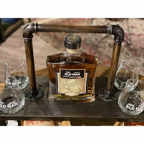 GentlemensPAX OldMan Edition. Träger Rum und Gläser. Farbe Mooreiche. Holz und Metall. Gebeizt/ lackiert und versiegelt. Unikate. Personalisierbar. Viele Farben möglich.