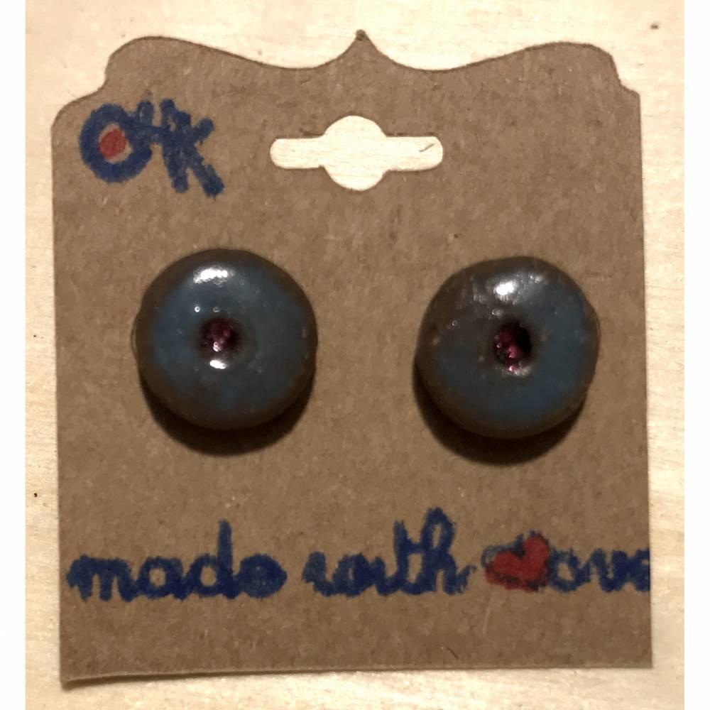 Minimalistische runde Keramik-Ohrstecker, blau glasiert mit rosa Swarovski-Steinchen - handmade Bild 1