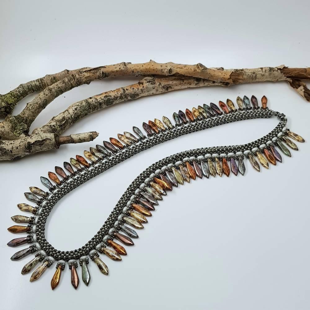 Handgefädeltes Collier aus Glasperlen - Graue Saatperlen und bunte Daggerperlen Bild 1