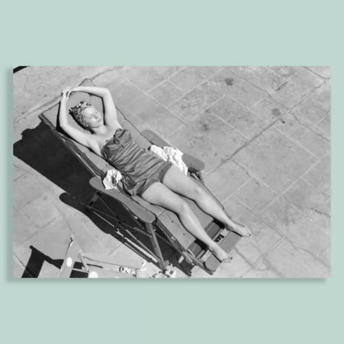 Kunstdruck Poster  -  Beach Scene 3 - Junge Frau im Liegestuhl - Pin up - Lifestyle, Kult, Schwarz Weiß Fotografie - Vintage Art - Foto Kunst Druck - ungerahmt
