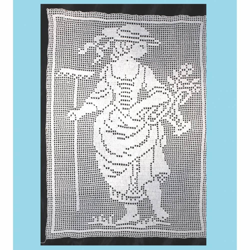 Vintage Bild oder Gardine handgehäkelt weiß Baumwolle 88 x 68 cm Dame mit Korb und Rechen Bild 1
