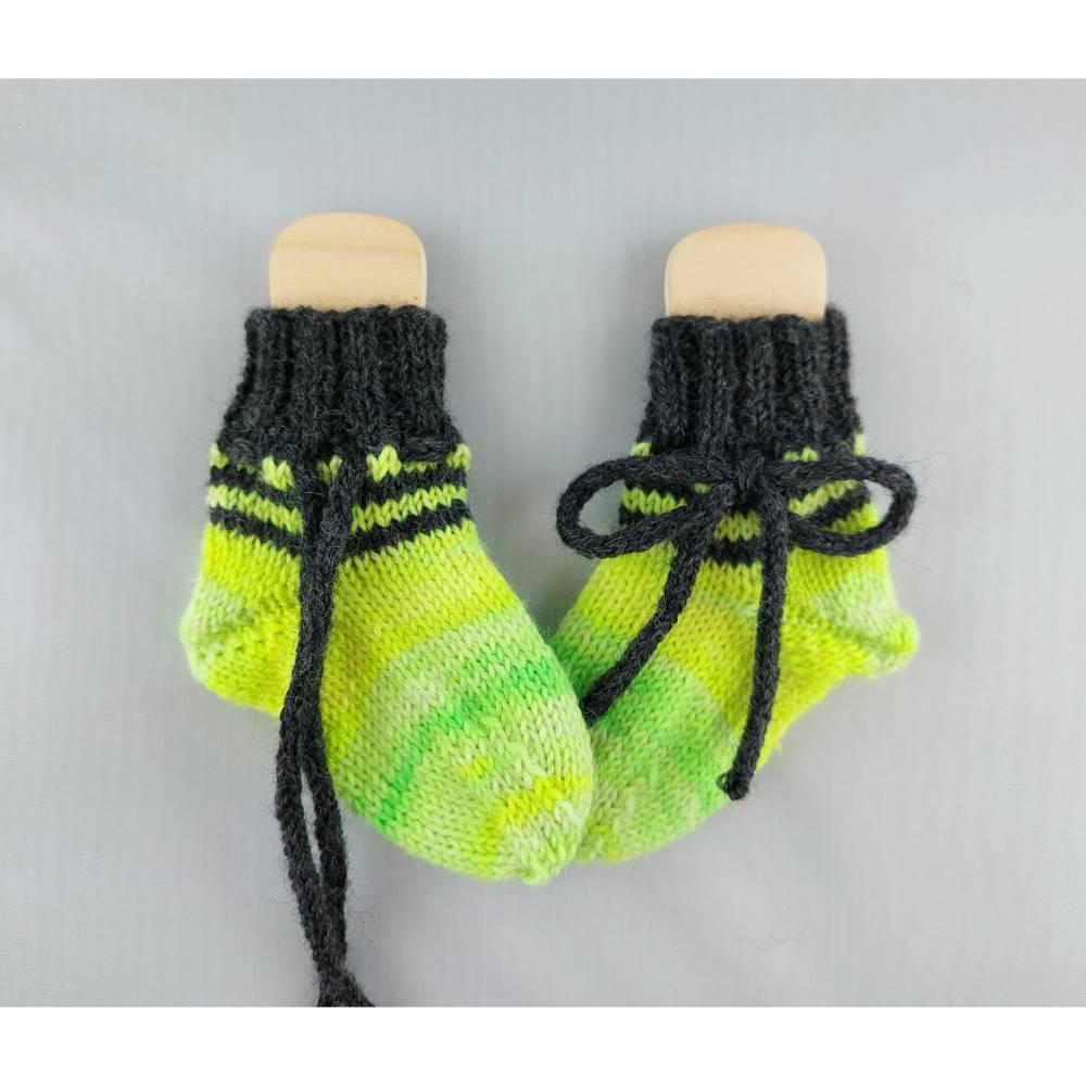 Baby Socken handgestrickt mit Bindeband neongelb Bild 1