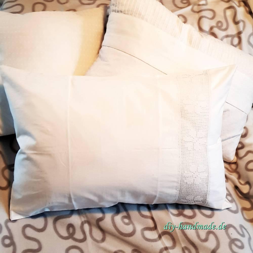weißer vintage Kissenbezug aus Paradekissen mit handgehäkeltem Einsatz, 60 x 40 cm, Unikat,  Bild 1