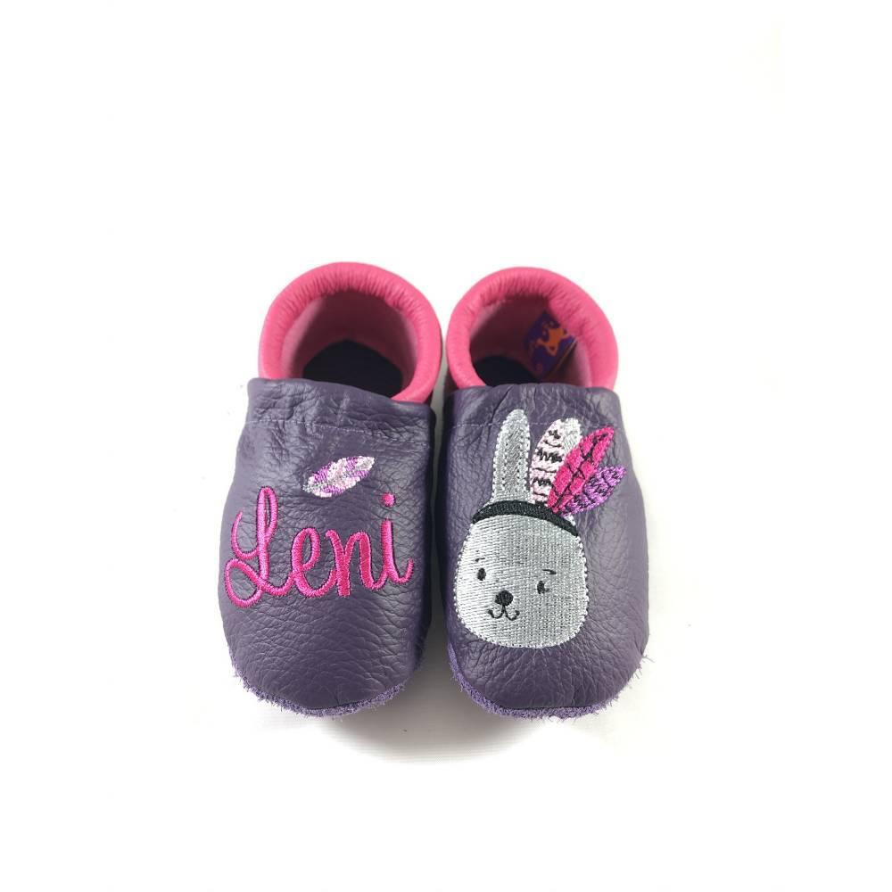 Krabbelschuhe, Lederpuschen, Krabbelpuschen, lila pink mit Indianer Hase mit Feder und Name, personalisiert, gestickt Bild 1