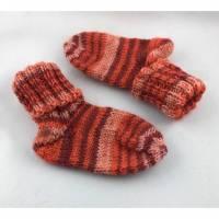 handgestrickte Babysocken in rot gestreift (64) Bild 1