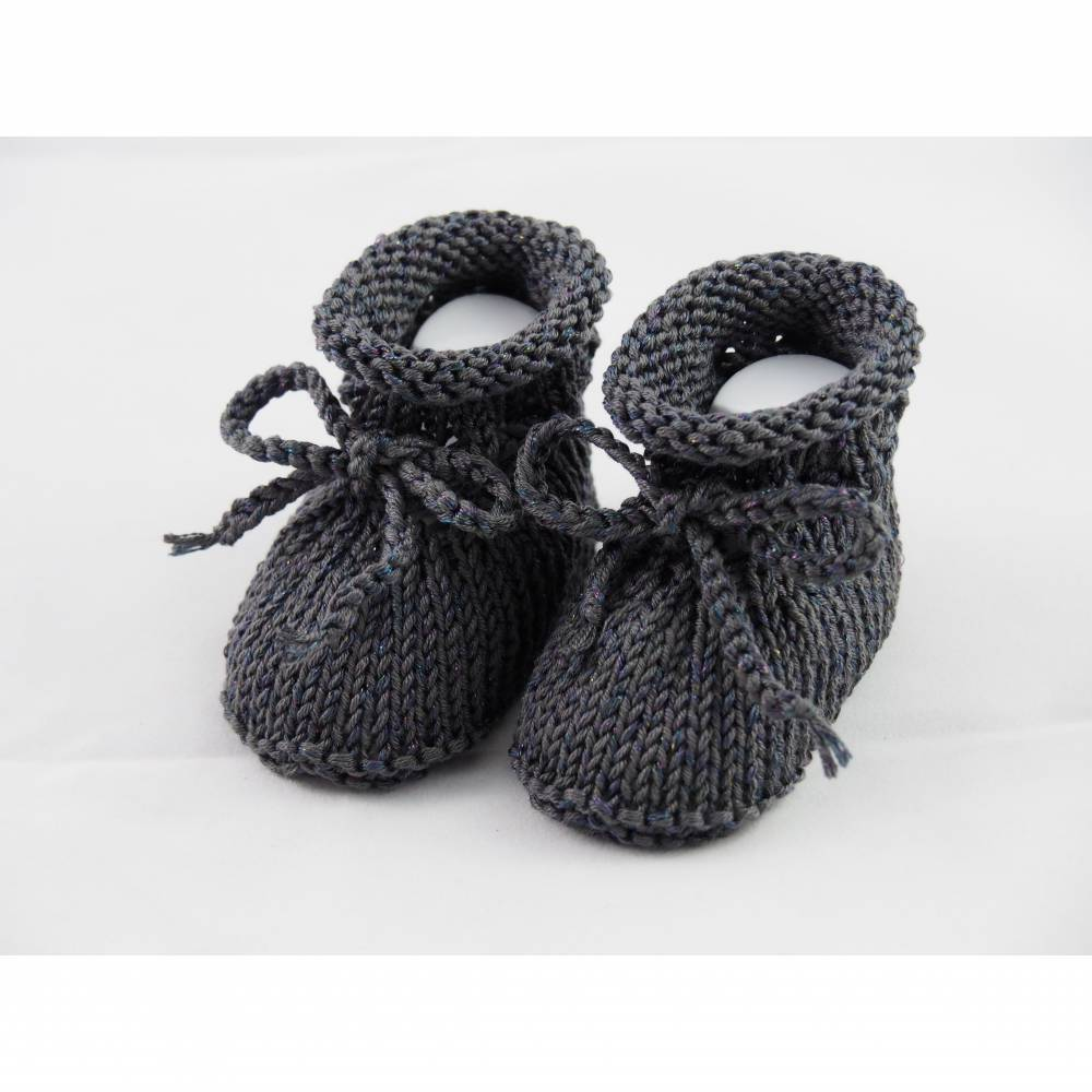 dunkelgraue Babyschuhe glitzernd 0-3 Monate von Hand gestrickt aus Baumwolle mit Glitzerfaden für kleine Mädchen Bild 1
