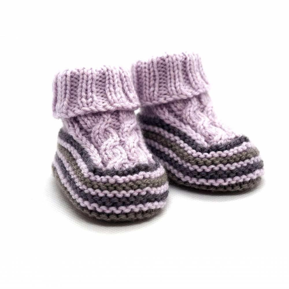 Babyschuhe 0-3 Monate gestrickt flieder grau beige aus Babygarn Bild 1