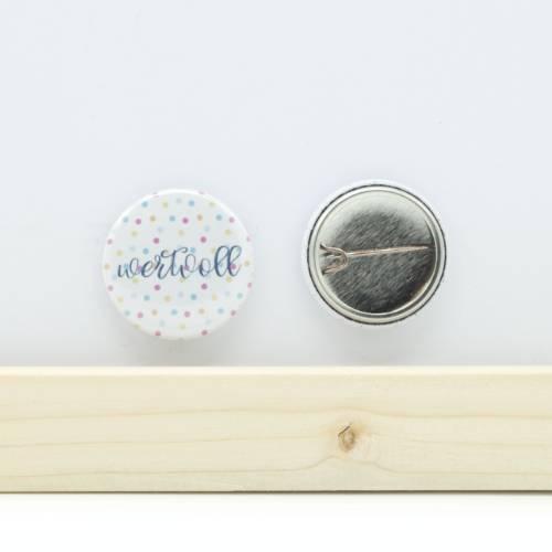"""Button """"wertvoll"""" mit Bogennadel 25mm"""