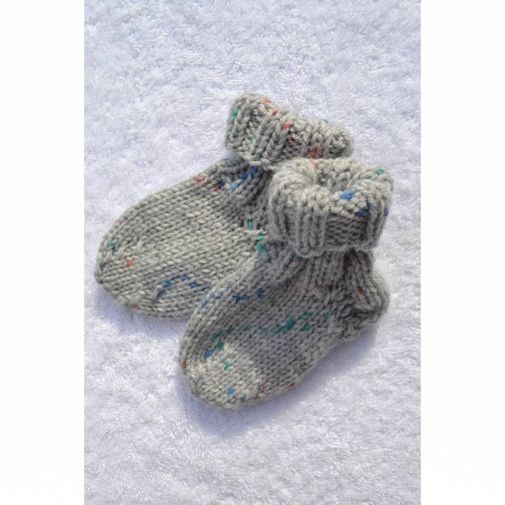 Socken Babysocken Erstlingssocken Stricksocken Babyschuhe Babyschühchen Baby grau bunt vegan handgestrickt gestrickt für 0 - 6 Monate  Bild 1