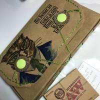 Tabaksbeutel für Selbstdreher aus hellbraunem SnapPap, bestempelt mit einem Tim Holtz Hipster-Kopf  - inklusive Tabakbefeuchter-Stein