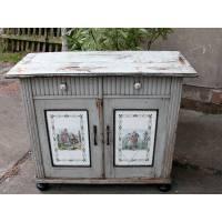 Rarität ! Küchenschrank-Unterteil im Originalzustand im Shabby Chic,die Türfüllungen sind aus Porzellan mit Szene im Fragonard Style. Bild 1