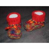 Babystrickschuhe rot/bunt 8,5 cm Bild 1