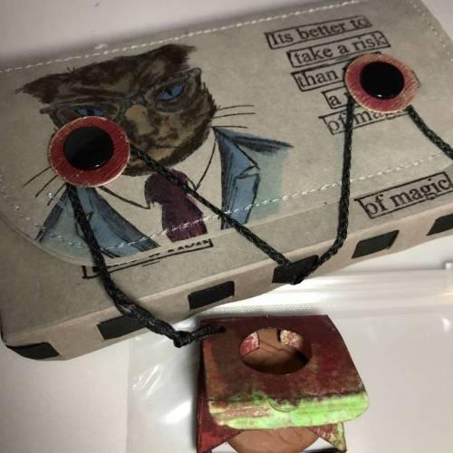 Tabaksbeutel für Selbstdreher aus hellgrauem SnapPap, bestempelt mit einem Tim Holtz Hipster-Kopf  - inklusive Tabakbefeuchter-Stein