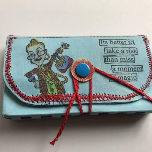 Tabaksbeutel für die Abendtasche aus hellblauem kulörtexx (roter Zipper) - inklusive Tabakbefeuchter-Stein - Unikat