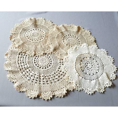 Deckchen, vier alte runde Deckchen, handgemacht, ca. 30 cm bzw. 22 cm im Durchmesser, Vintage, weiß, braun