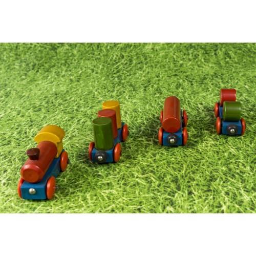Kleine, bunte Spielzeugeisenbahn, Holzeisenbahn mit drei Anhängern, altes Holzspielzeug, Dekoration, Vintage