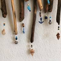 maritimes Windspiel aus Treibholz, Mobile mit Muscheln und Perlen  Bild 3